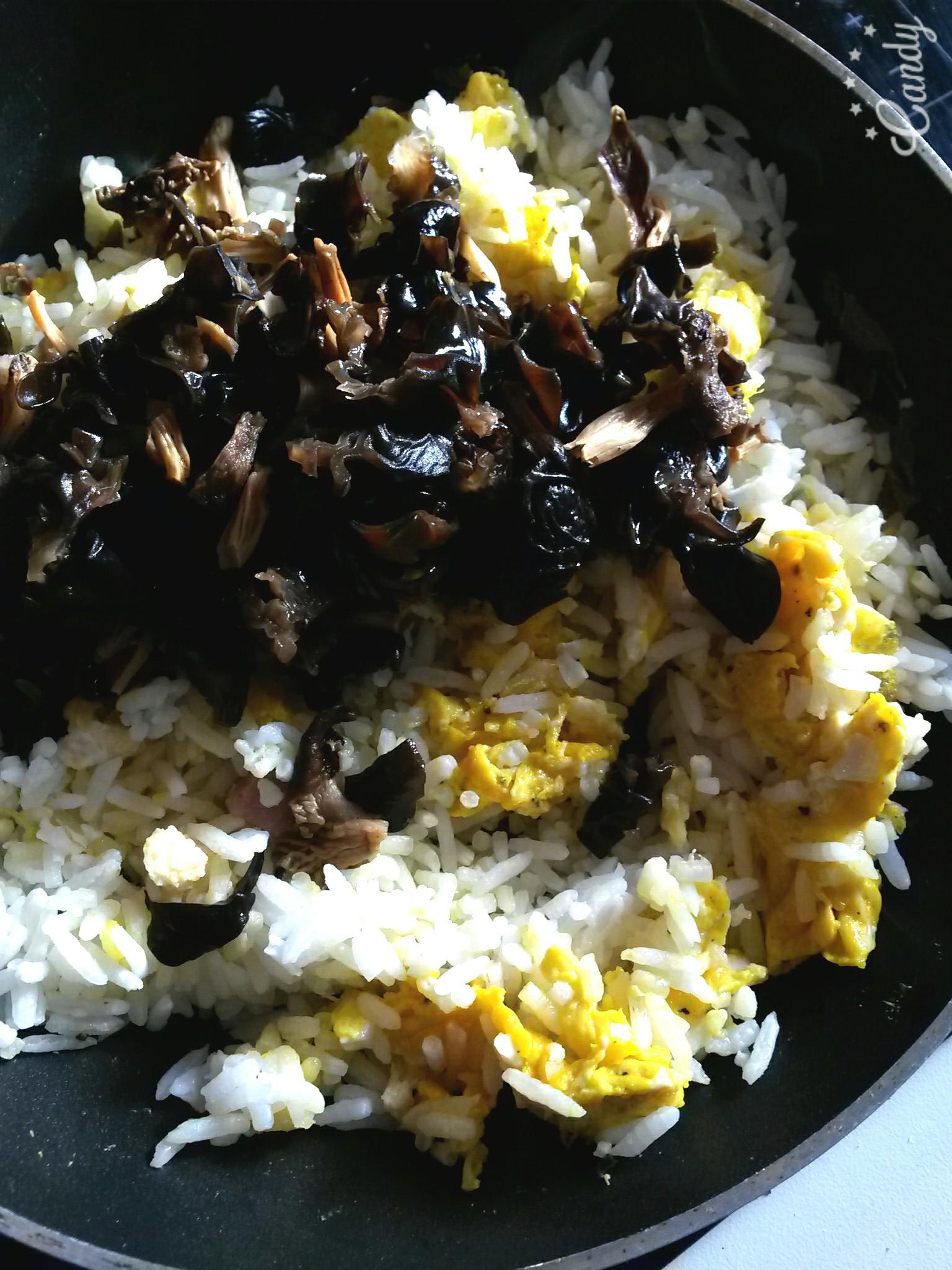 Wok de riz sauté à l'omelette et aux champignons