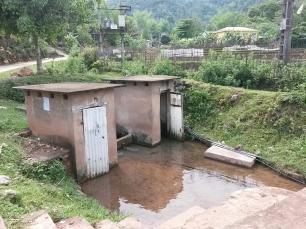 Les toilettes hommes et femmes du village