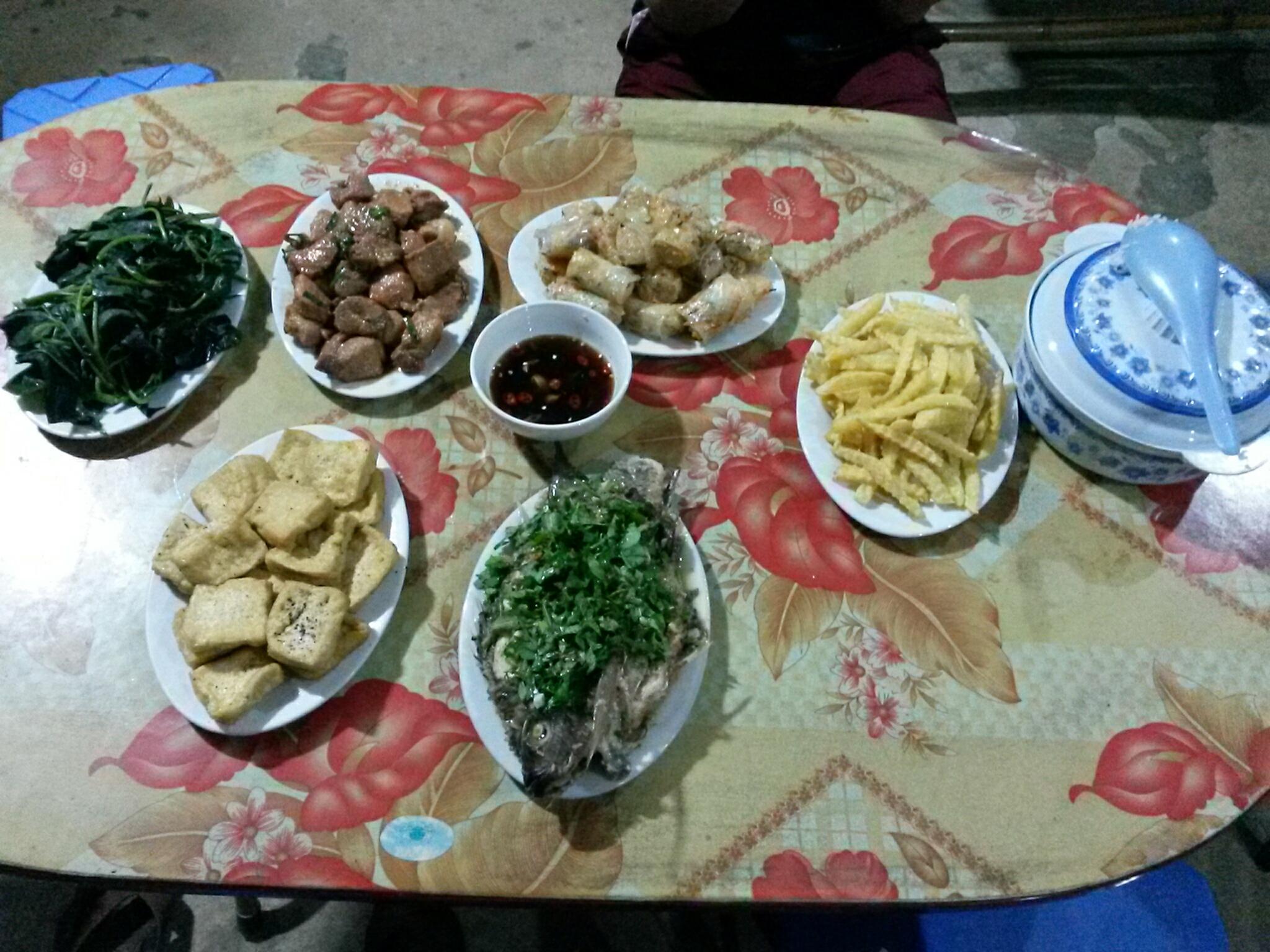 Repas de fête le soir cuisiner par la famille du homestay