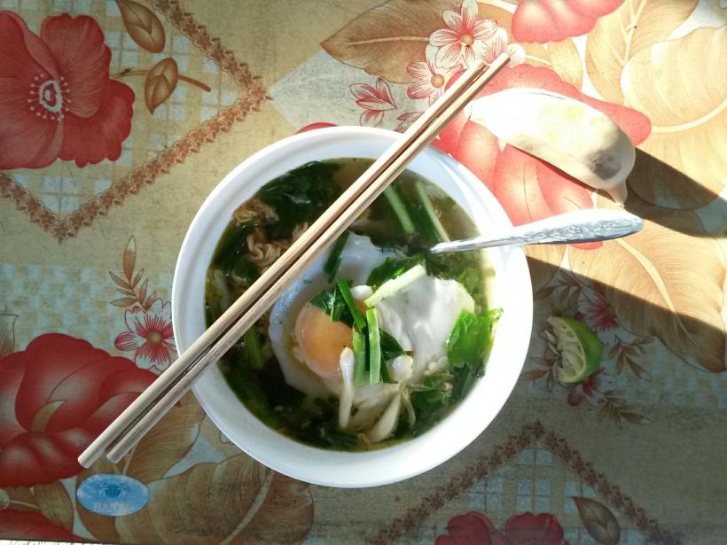 Petit-déjeuner : des ramens aux herbes fraîches