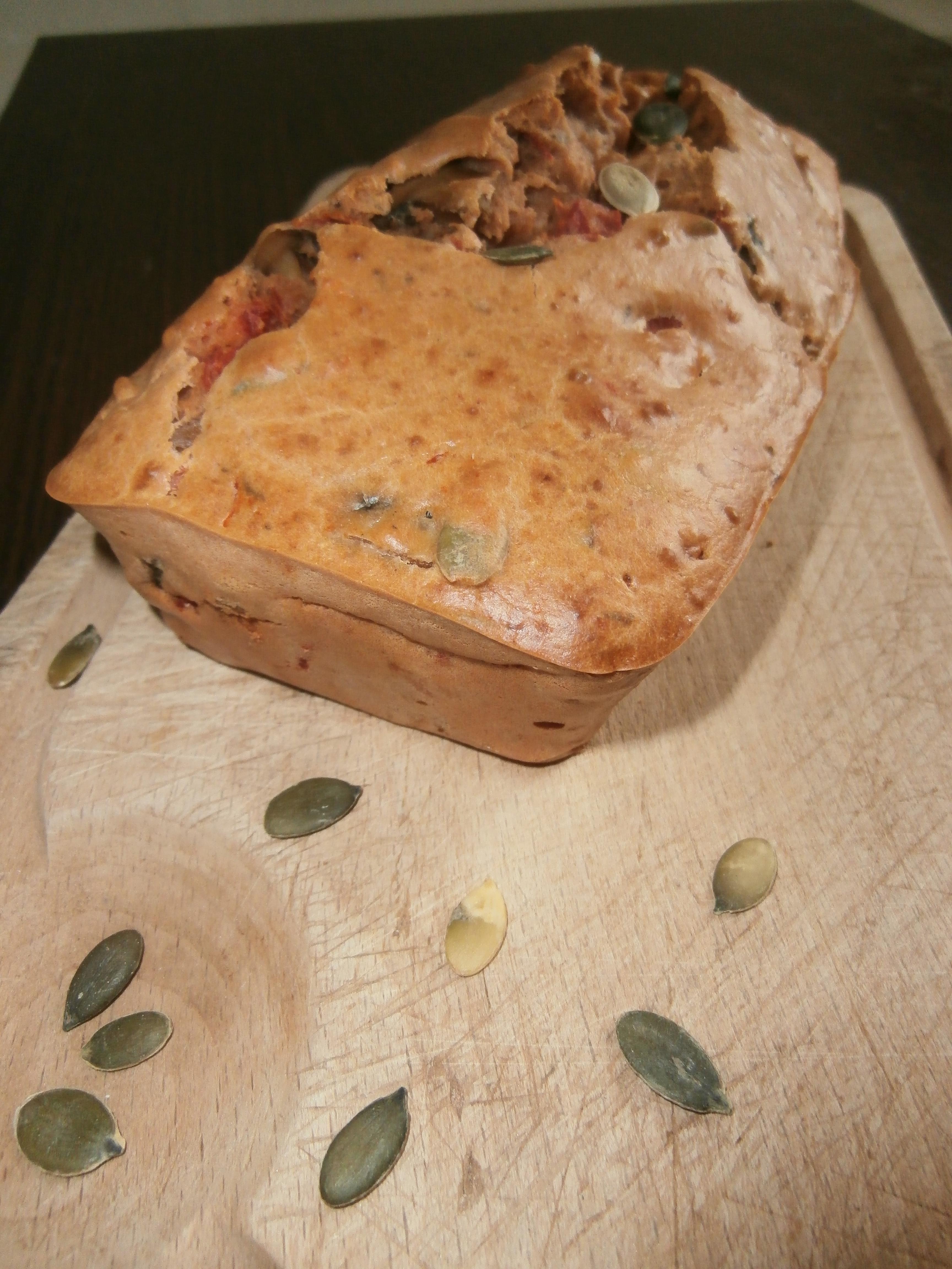 Cake à la tomate tomate, champignons de paris et graines de courge