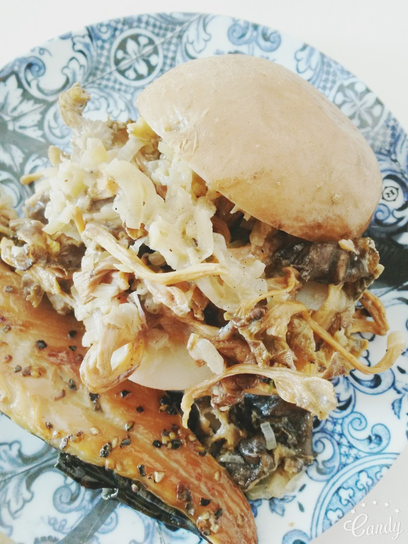 Hamburger de pomme de terre, sauce forestière et maquereaux fumés