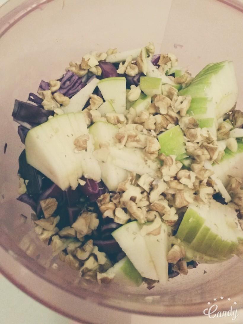 Salade de choux rouge, pomme et noix