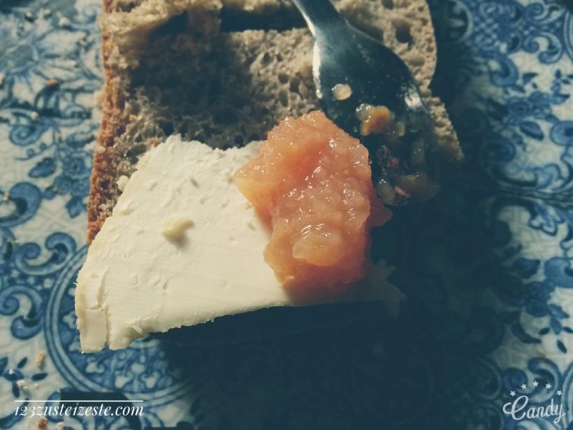 Tartine de pain au sarrasin au chèvre frais et compote pomme-coing