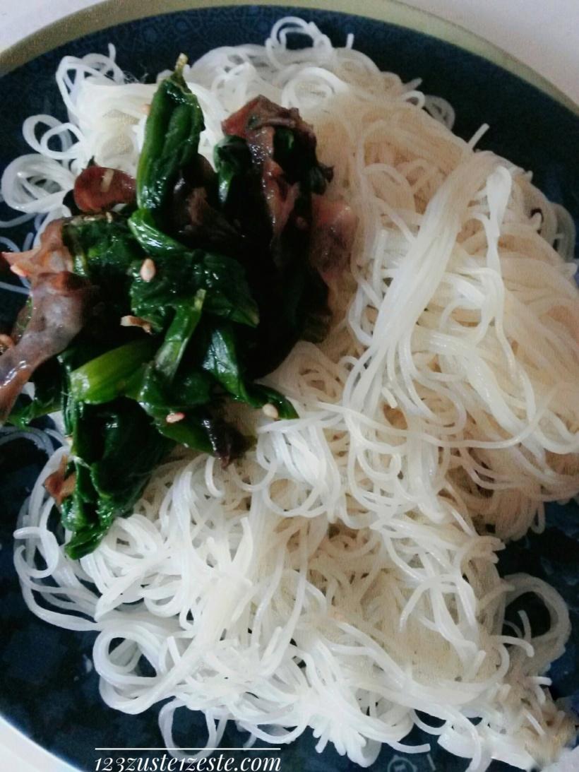 Vermicelles de riz aux épinards et champignons croquants