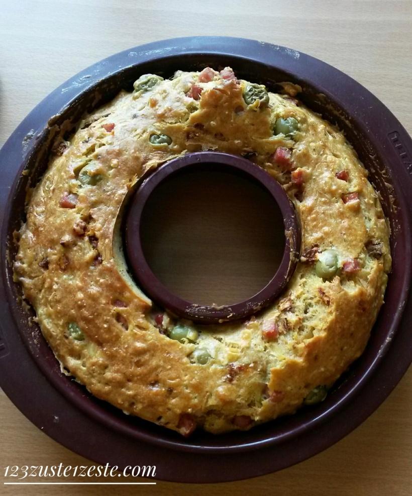 Cake aux tomates séchées, olives vertes et jambon