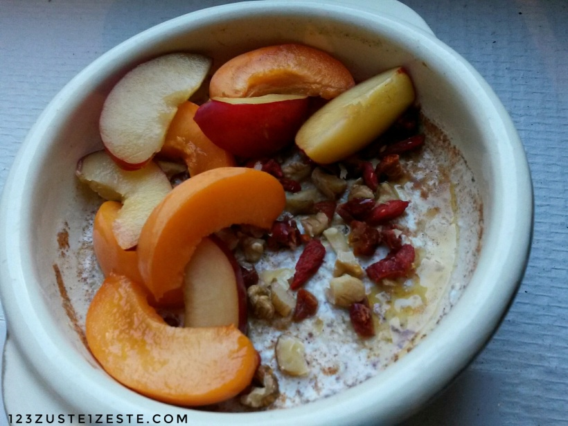 Porridge à la cannelle, miel, abricots et prunes rouges