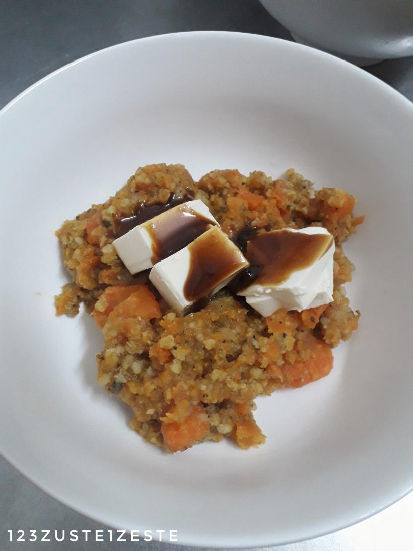 Écrasé de carottes au millet et persil, tofu laqué aux cacahuètes