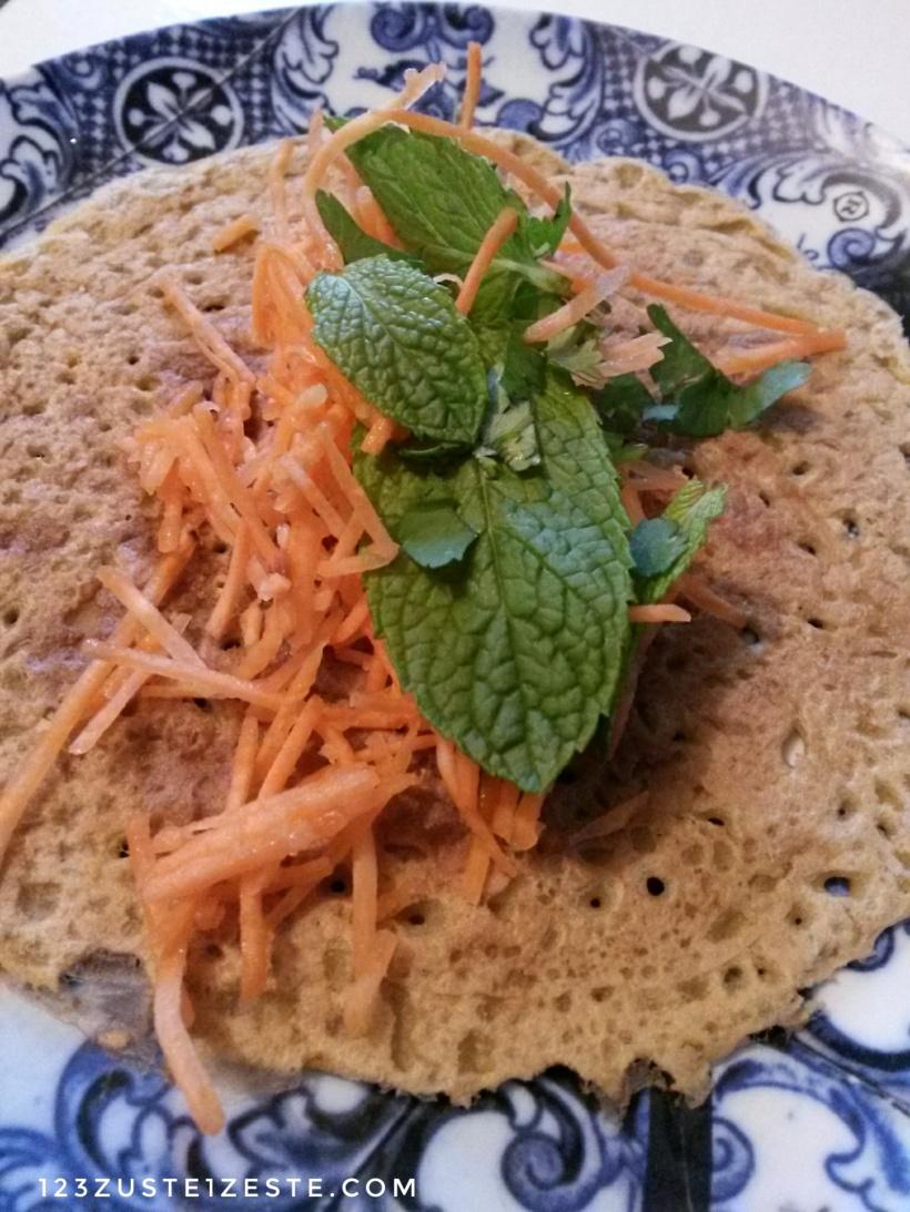 Crêpe indienne à la farine de pois chiches, aux carottes et aux herbes fraîches-01