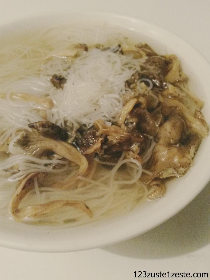 Soupe de nouille de riz aux chanterelles